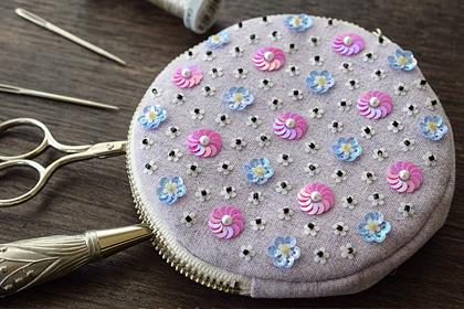 スパンコールの花の刺繍
