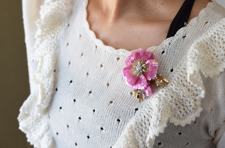 スパンコールの花のコサージュ