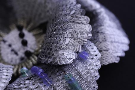 ソレイユスパンコールと流水シルバーの刺繍コサージュ