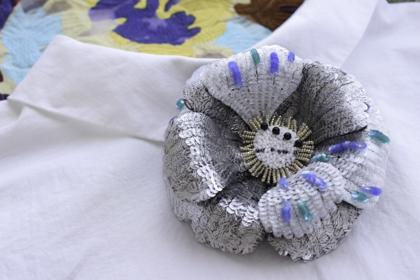 ソレイユスパンコールの刺繍コサージュ